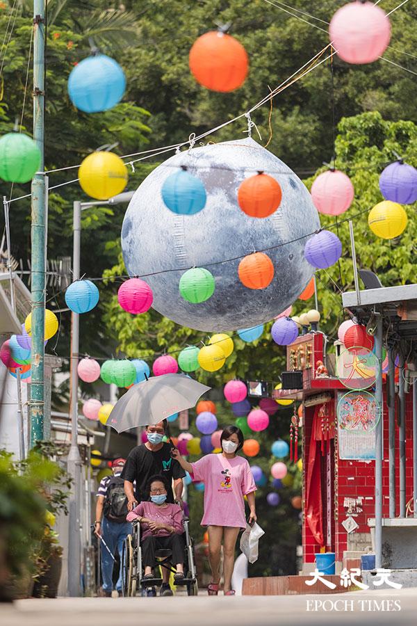 近大澳大會堂的一段石仔埗街,亦有街坊自發掛起一串串燈籠,還有在大街上懸掛一個巨大的充氣月球。(陳仲明/大紀元)