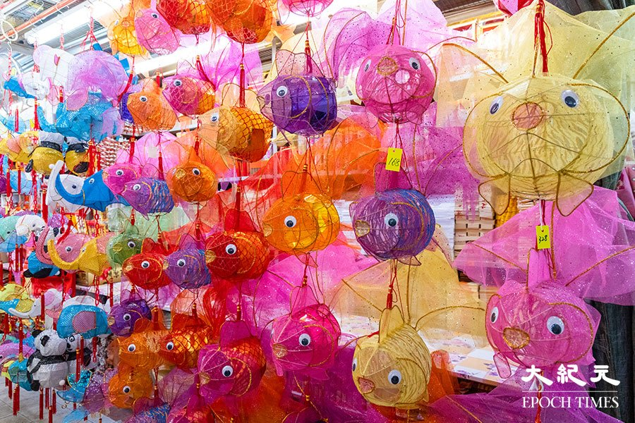各式各樣的傳統金魚造型燈籠。(陳仲明/大紀元)