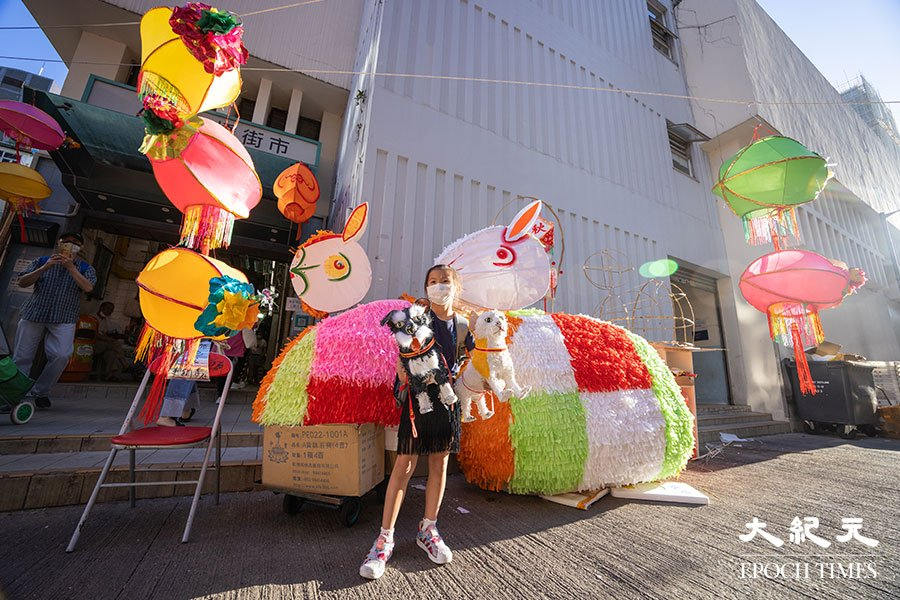 多隻大白兔燈籠出現在元朗大橋街市門外,其中最大的一隻更有約2米長!(陳仲明/大紀元)