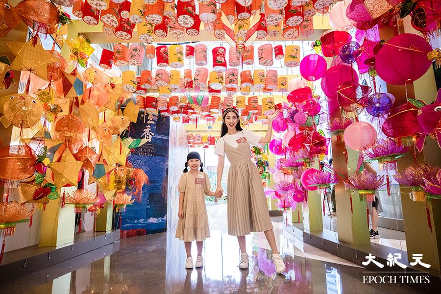 YM²裕民坊以500個紙燈籠和傳統造型燈籠,包括金魚、玉兔、楊桃造型等設置一條綵燈隧道。(陳仲明/大紀元)
