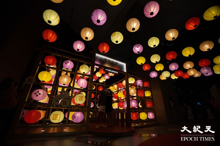 利園區於希慎廣場4樓空中花園舉行「月圓相聚」戶外賞燈會,由500多個燈籠組成彩燈海及燈籠陣,在夜色下亮起花燈,份外美觀。(陳仲明/大紀元)