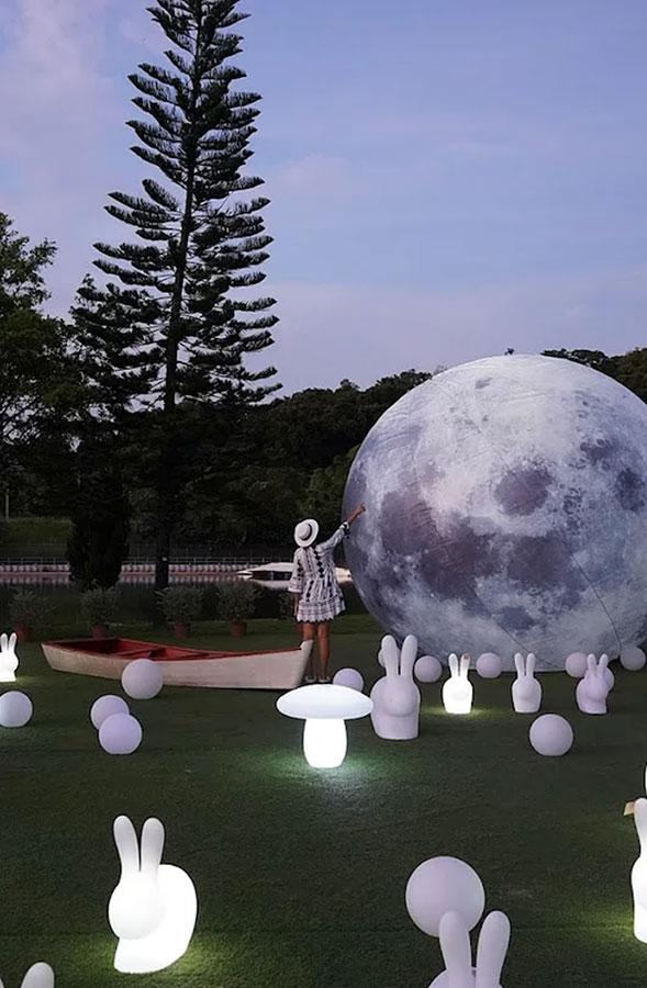 大埔LAKE HOUSE於中秋節期間舉行「白鷺・團圓」花燈許願祭,在䓍地上設置大型的發光月亮和眾多的發光兔仔,兔仔還會不定時發光。(LAKE HOUSE官方網頁)