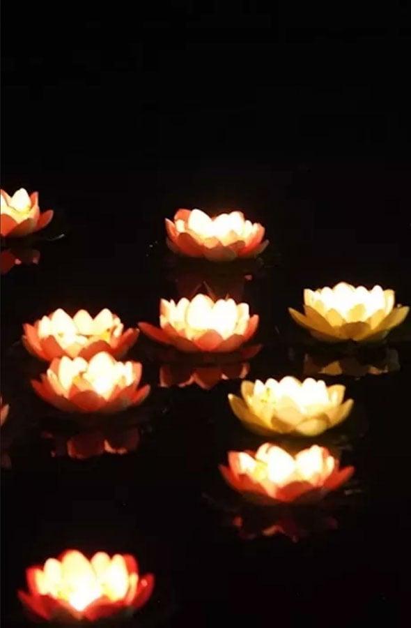 光顧LE VOW中秋特色節日菜單的客人,更會每人獲贈1朵許願花,點亮蠟燭後,將許願花放到湖上許願,浪漫非常。(LAKE HOUSE官方網頁)