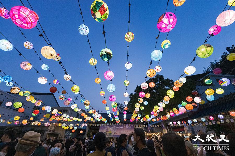 大澳水鄉花燈節在2021年9月11日至30日期間每晚6時半亮燈,照亮大澳社區。(陳仲明/大紀元)