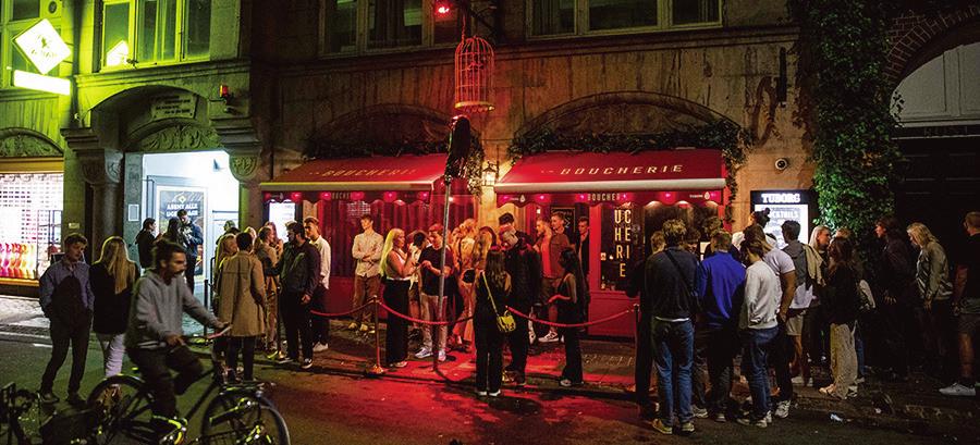 丹麥於9月10日取消了所有COVID限制措施。圖為9月2日至3日的晚上,哥本哈根的雞尾酒夜總會前,人們等待入場。(Getty Images)