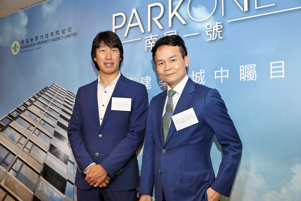 恒地營業(一)部總經理林達民(右)表示,集團旗下新盤「南昌一號」周末開放示範單位。(余鋼/大紀元)