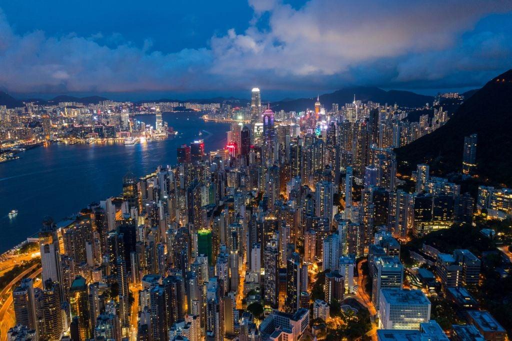 Numbeo計算了全球約109個國家/地區的平均月淨(稅後)收入,評比出稅後收入最高的25個國家。香港排名第12,稅後平均月薪為2,967美元。(DALE DE LA REY/AFP via Getty Images)