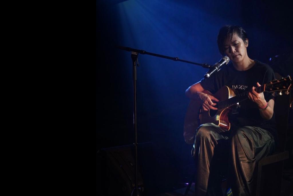 何韻詩昨晚(12日)舉行網上直播演唱會,歌手黃耀明以嘉賓身分現身合唱。(何韻詩Facebook圖片)