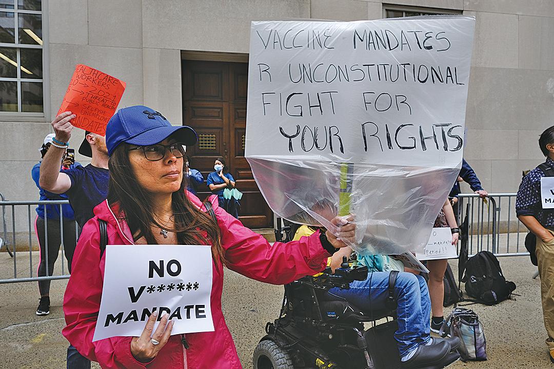 9月1日,一群反對接種疫苗的抗議者聚集在紐約長老會醫院(New York-Presbyterian Hospital)外。(Getty Images)