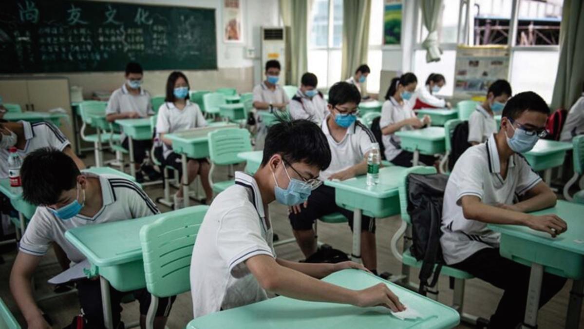 2020年5月20日,武漢市一所學校的高中生正準備上課。(STR/AFP via Getty Images)