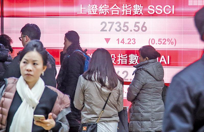 中國股市年初至今大跌22%,滬指26日更暴跌6%,昨日收報2,735點,微跌14點。(余鋼/大紀元)