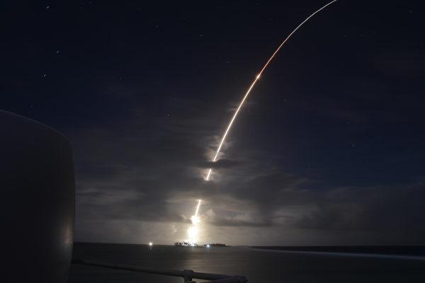 2021年9月12日,美國導彈局成功測試一個升級版攔截器。圖為2019年3月25日,美軍進行導彈防禦系統測試過程中,一枚模擬來襲的洲際彈道導彈目標從馬紹爾群島(Marshall Islands)的羅納德·里根彈道導彈防禦試驗場發射。(Missile Defense Agency)