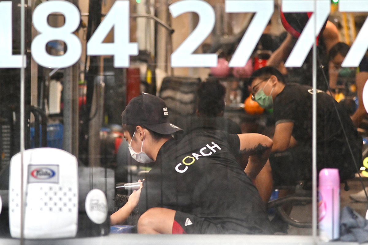衛生防護中心公布,本港新增2宗確診輸入個案。另外,政府宣布會就健身中心新增一項「疫苗氣泡」安排,放寬4人以上的訓練小組或課堂參加者之間的距離限制。(政府新聞處)