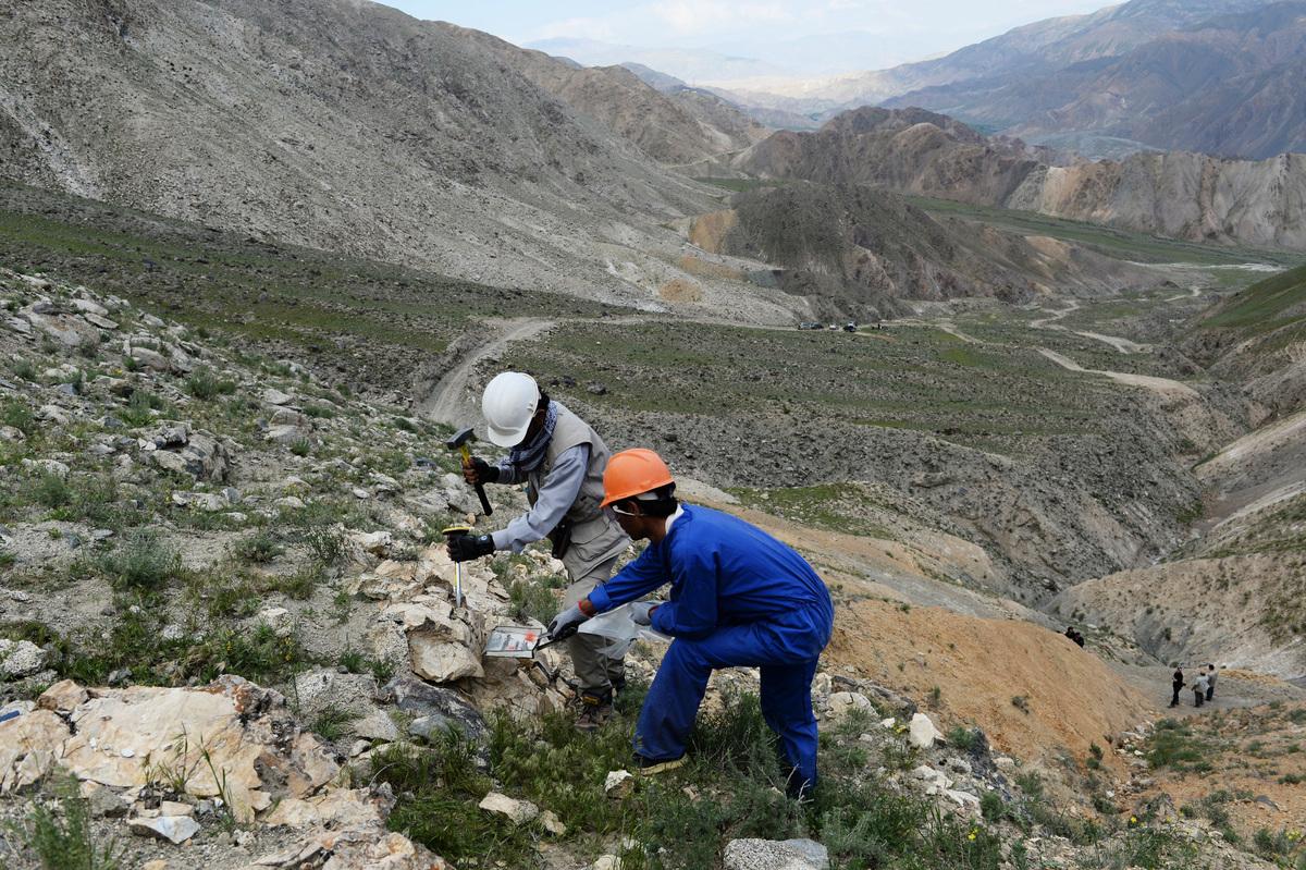 據美國內政部和美國地質調查局2020年12月發布的《2017-2018年礦物年鑑(阿富汗)》,阿富汗擁有鋁土礦、銅、鐵、鋰(鋰輝石)和稀土礦藏。圖為2013 年 5 月 6 日,阿富汗礦工在巴格蘭省 Qara Zaghan 村附近山腰開採金礦。(SHAH MARAI/AFP via Getty Images)