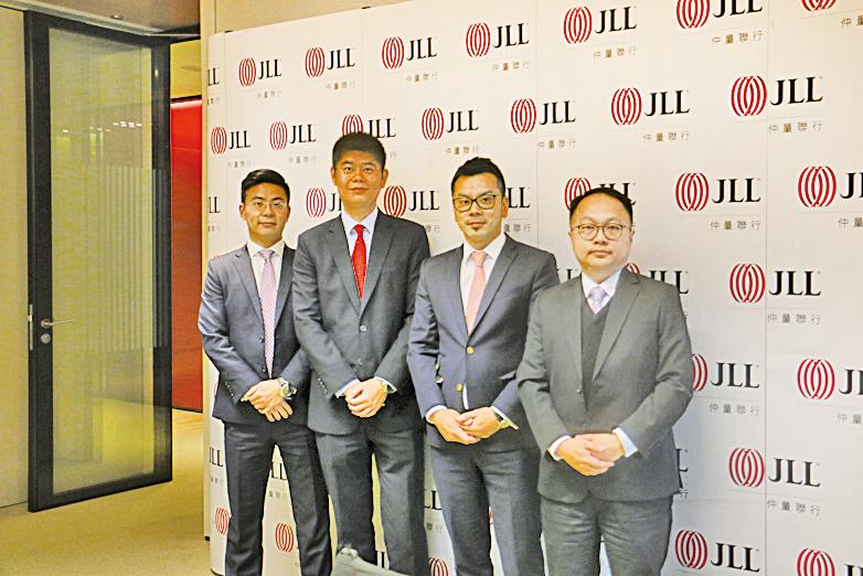仲量聯行香港商業部董事于樂(左一)、研究部主管馬安平(左三)。(梁珍/大紀元)