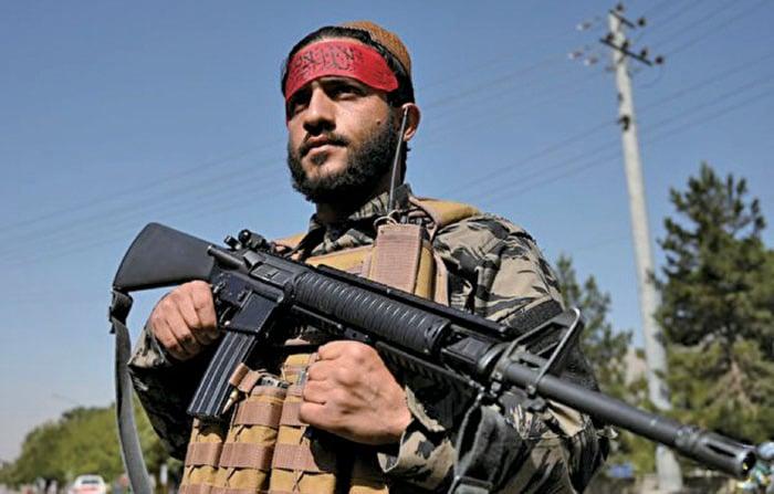 2021年9月9日,一名塔利班武裝份子在阿富汗首都喀布爾的一條公路上站崗。(WAKIL KOHSAR/AFP via Getty Images)
