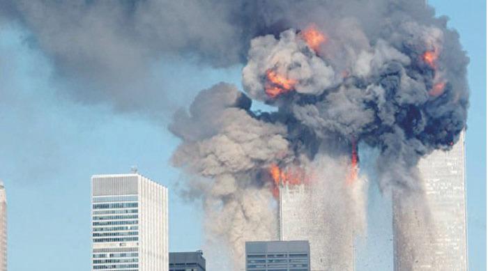 在罹難者家屬不斷施壓下,9月3日,美國總統拜登下令解密在調查9.11恐怖襲擊事件期間收集到的信息。圖為2001年9月11日,美國紐約世貿中心雙塔,遭恐怖份子劫持的飛機撞上。(Spencer Platt/Getty Images)