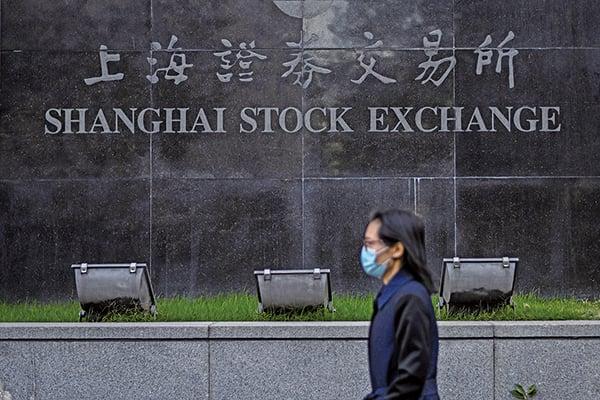 9月14日,大陸A股逾3,200隻個股下跌。圖為上海證券交易所。(Hector RETAMAL/AFP)
