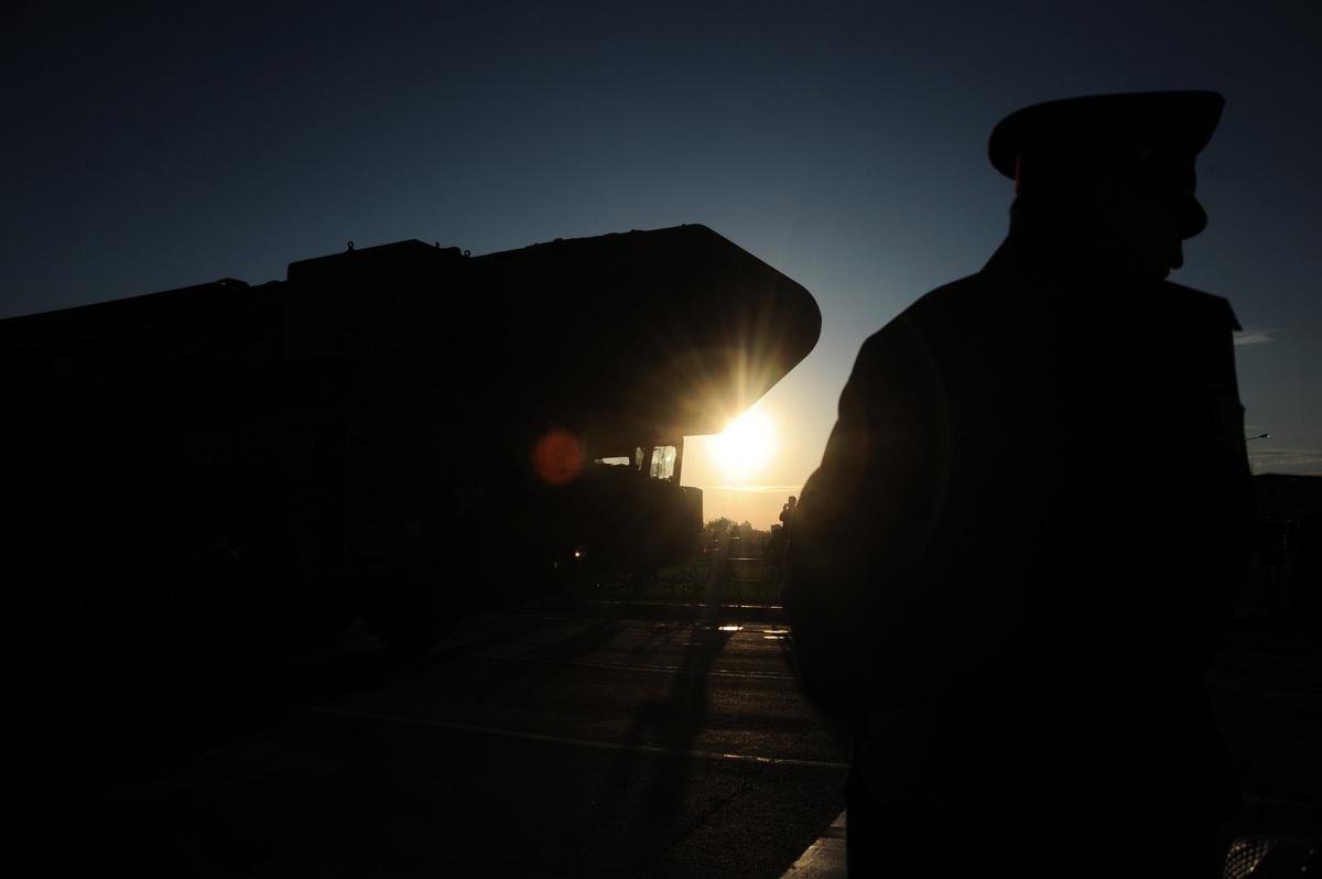 美日韓核特使在東京會晤,商討如何應對北韓稱成功試射遠程巡航導彈。有分析認為,北韓可能已經部署洲際彈道導彈。圖為白楊洲際彈道導彈發射器的機頭剪影。(ANDREY SMIRNOV/AFP/GettyImages)