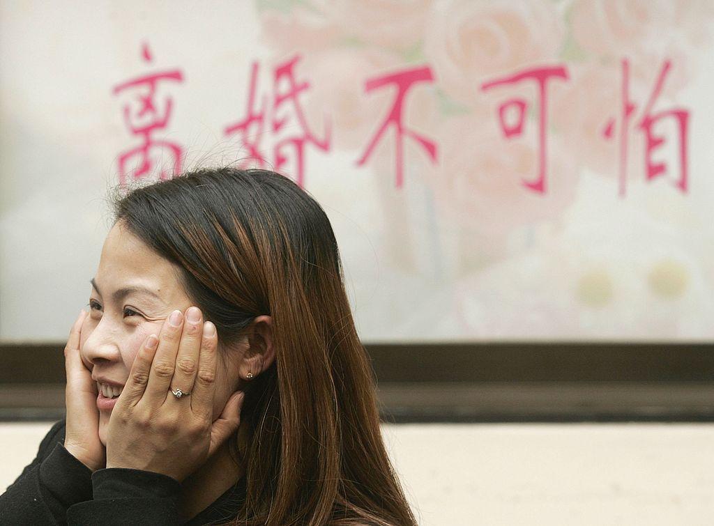 """2016年2月14日情人節,離婚婦女吳美芬(音)出席上海清離婚俱樂部的開幕式。大約 135 名""""富人""""已經加入了離婚俱樂部,該俱樂部提供諮詢、社交活動和離婚派對。 據媒體報導,去年上海每天約有 84 對情侶分手,比2015年前增加了12%。(China Photos/Getty Images)"""