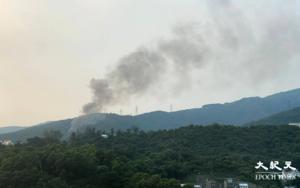 芙蓉山鐵皮屋下午突然起火 多輛消防車趕抵現場戒備