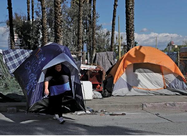 疫情期間,紐森推出住房援助項目,卻讓加州的遊民卻越來越多。圖為洛杉磯的遊民帳篷。(Getty Images)