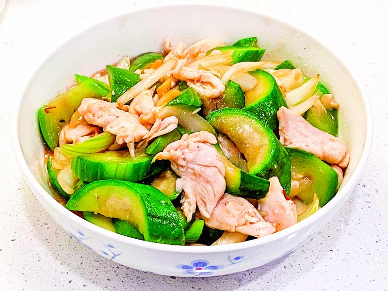【梁廚美食】水瓜洋蔥炒雞片