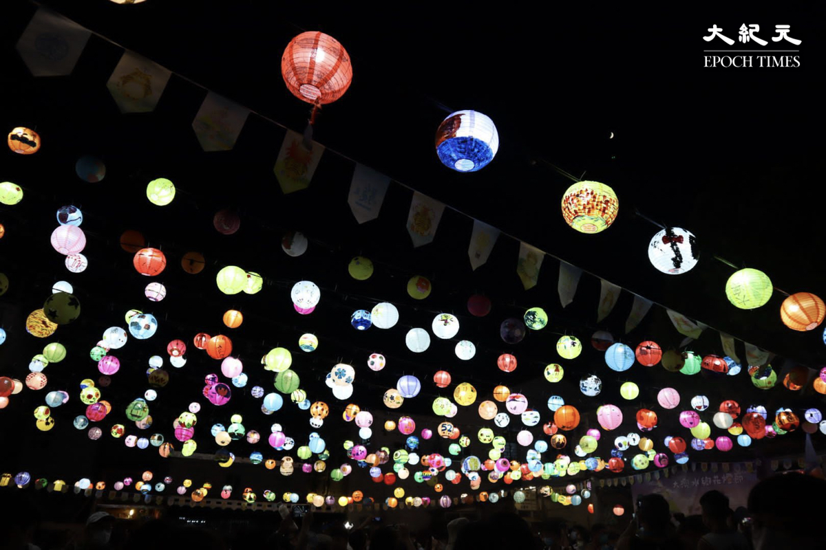 打卡點3:由大澳的街坊親手繪畫的花燈。(樂賢/大紀元)
