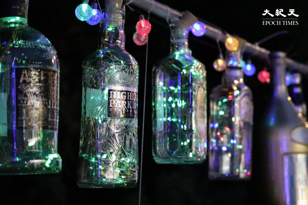 打卡點9:在晩上掛著彩光的玻璃酒樽。(樂賢/大紀元)