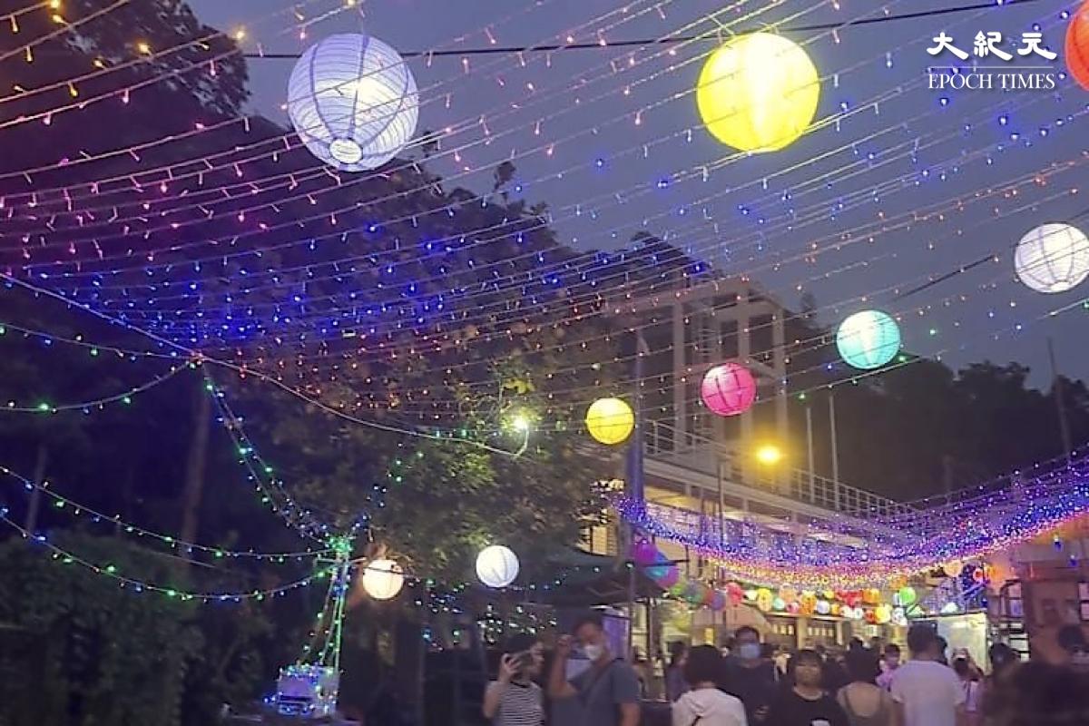 打卡點6:花燈亮起後,人頭湧湧的街道。(樂賢/大紀元)