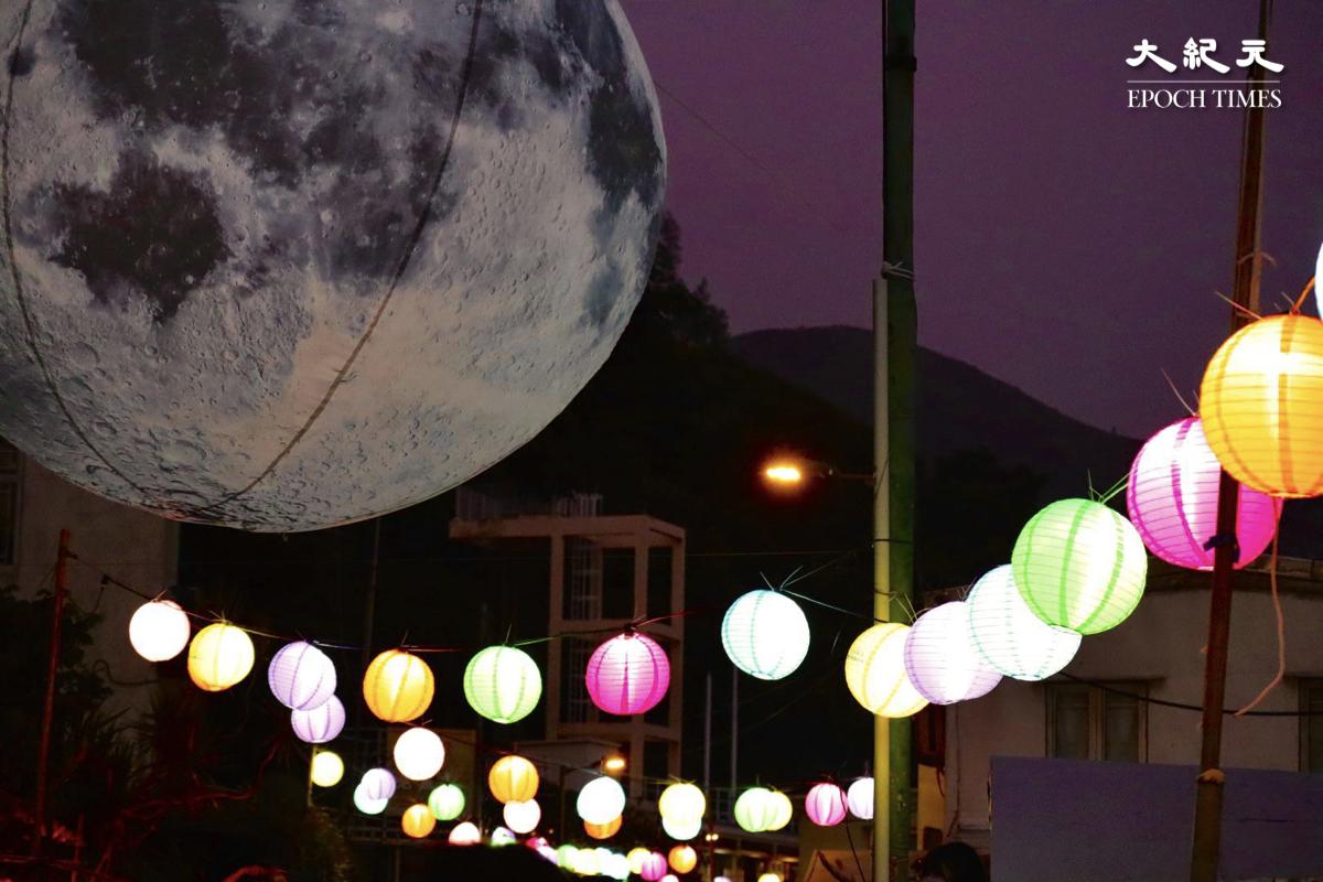 打卡點7:巨型的月亮氣球。(樂賢/大紀元)