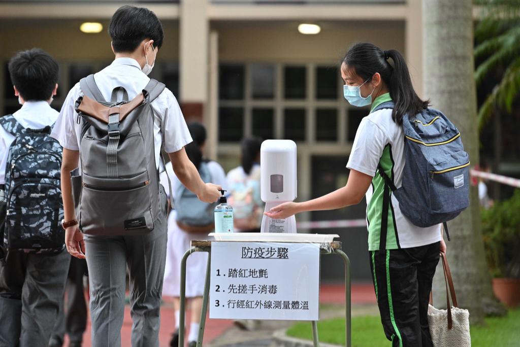 教育局今日向全港中小學發信,調整全日恢復面授課堂的條件,對12至17歲學生的要求改為至少接種一劑疫苗。(政府新聞處)