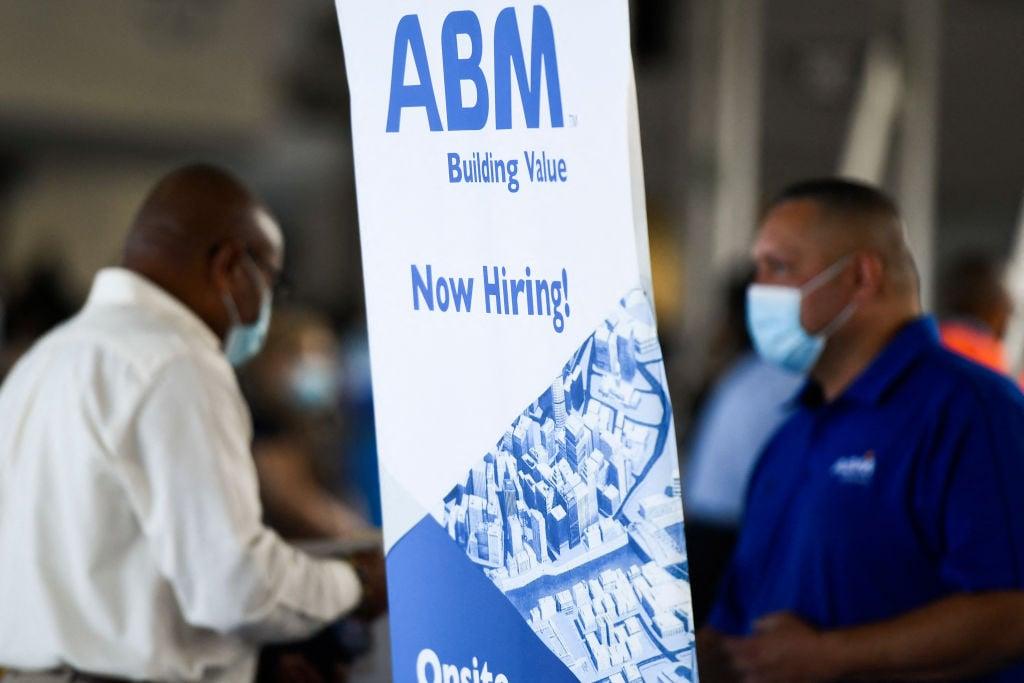 美國於當地時間9月16日公布一周截至11日的首領失業救濟金人數為33.2萬,按周增加了2.0萬人。(PATRICK T. FALLON/AFP via Getty Images)