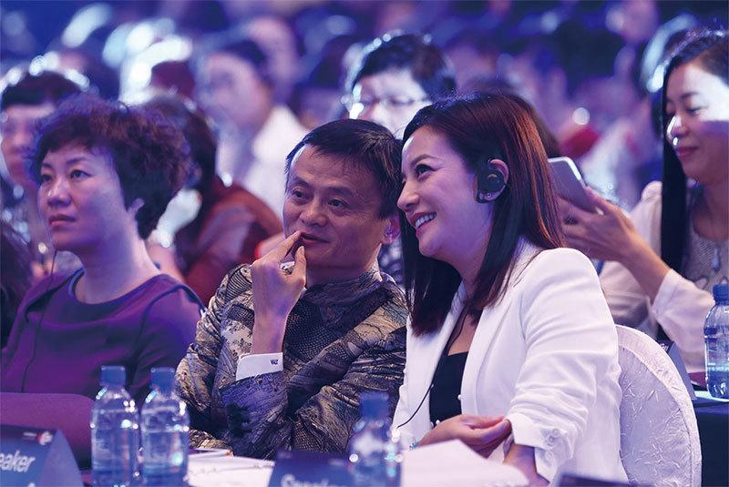 2015年5月20日,在阿里巴巴首屆全球女性大會上,馬雲和趙薇在交談。(大紀元資料室)