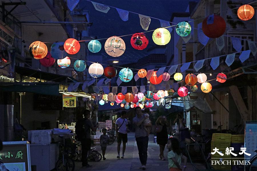 2018年歷經風災,眾人重新掛起燈籠,凝聚眾街坊之力及外來義工的鼎力支持,300盞花燈在吉慶街掛起。(陳仲明/大紀元)