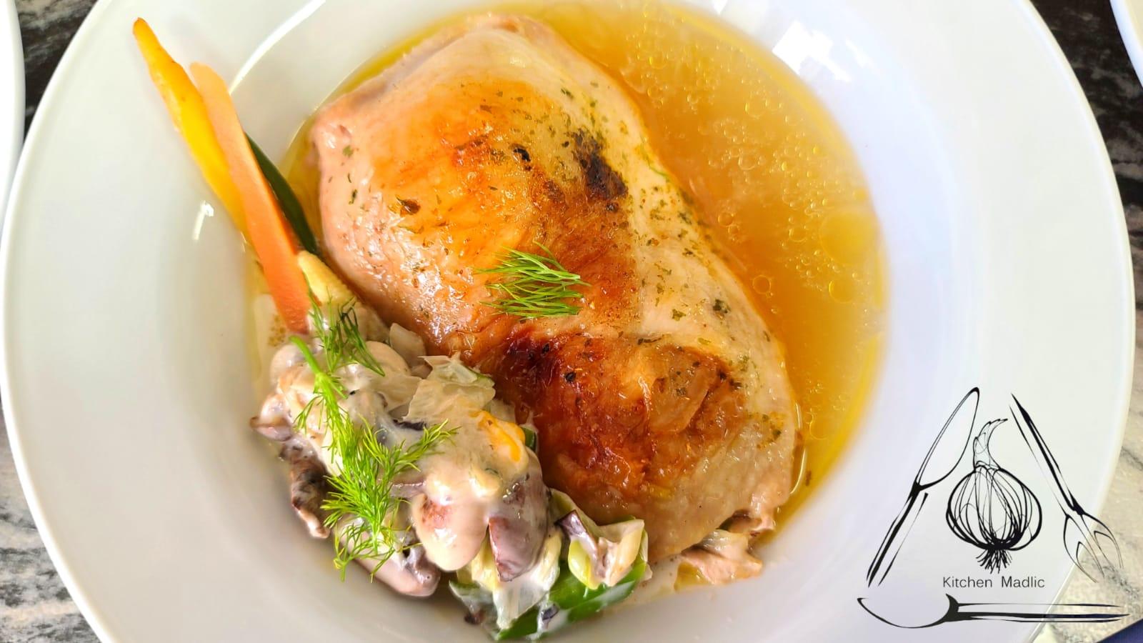 高湯燉焗雞卷配白酒奶油燴菜。(Kitchen Madlic提供)