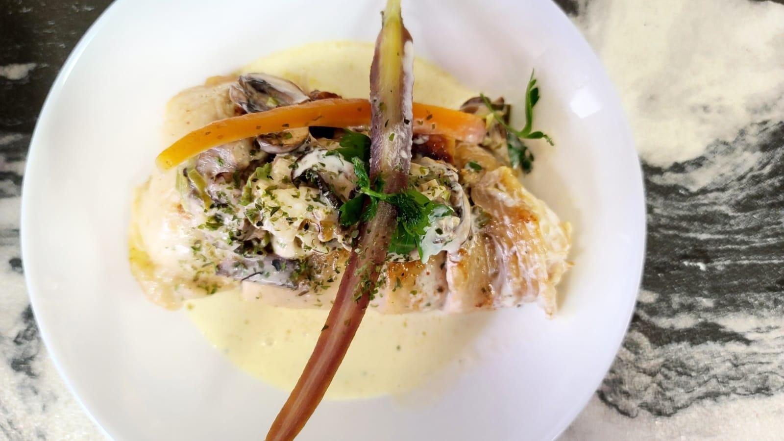 白酒奶油雜菜燴有機雞胸肉。(Kitchen Madlic提供)