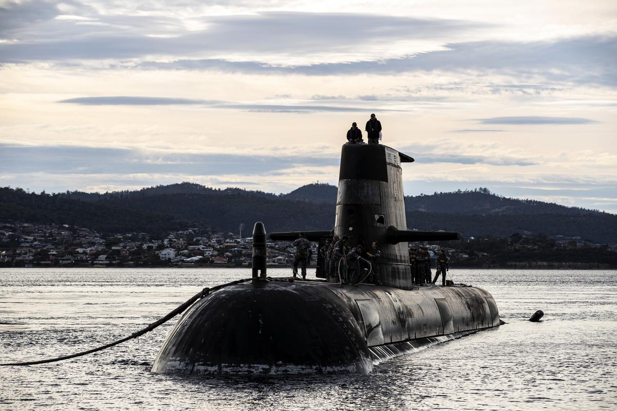 9月15日澳洲與美國和英國宣布建立三方安全夥伴關係AUKUS,曾經與中共走的很近的澳洲,最終完全站在美國一邊。圖為澳洲國防軍提供的澳大利亞皇家海軍潛艇 HMAS Sheean在4月1日造訪Hobart港。(LSIS Leo Baumgartner/ Getty Images)