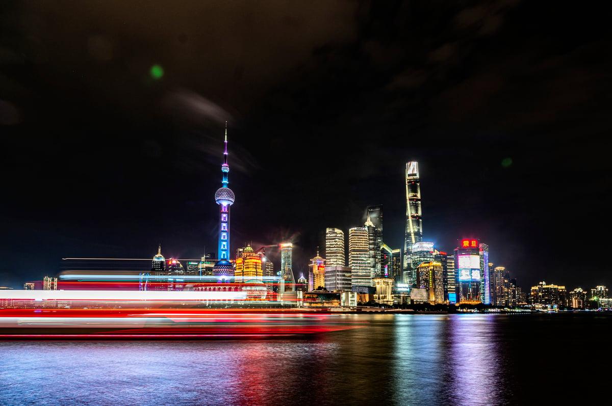 上海是中共最大的直轄市,曾被江澤民派系勢力長期掌控,習近平自2013年起通過「反腐打虎」來搶奪控制權。圖為2021年9月10日的上海夜景。(Hu Chengwei/Getty Images)