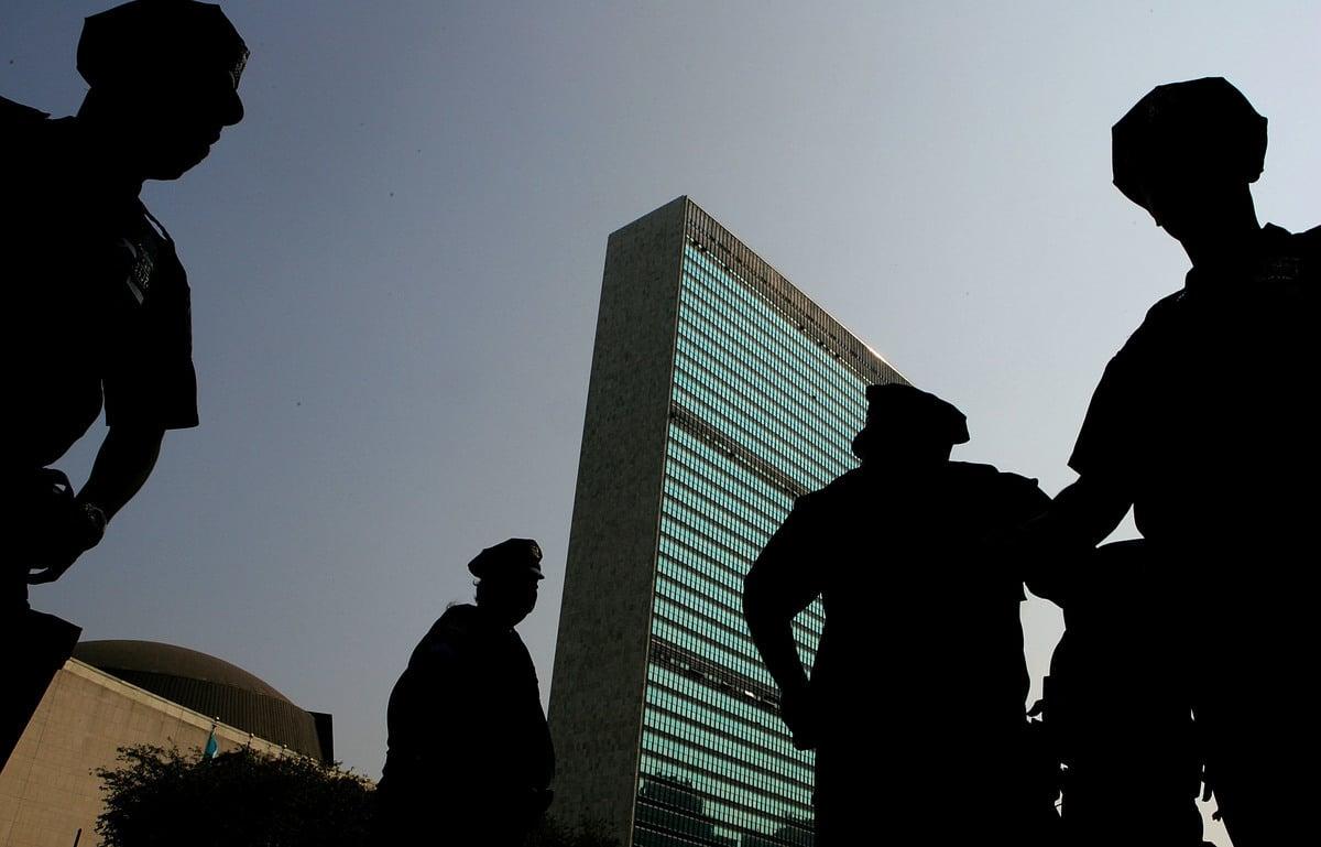 近日,加拿大參議員胡薩科斯致函聯合國秘書長直言,中共無權在聯合國代表台灣。圖為警察在紐約聯合國大樓前站崗。(Daniel Berehulak/Getty Images)