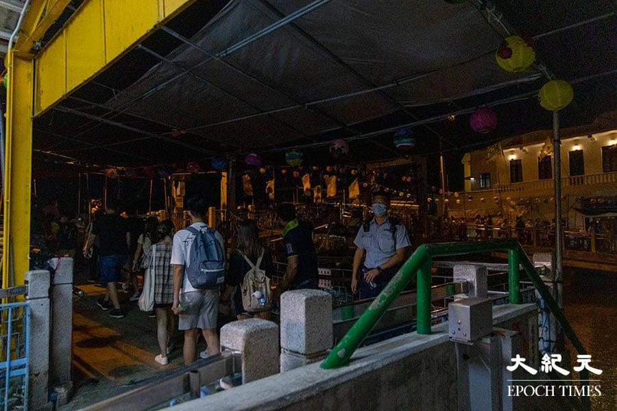 警方接報後在大澳大涌橋實施人潮管制並維持秩序,大澳水鄉花燈節的花燈則提早於晚上七時半許熄燈。(陳仲明/大紀元)
