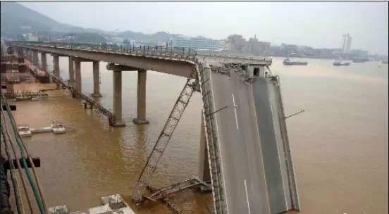 號稱擁有世界最多橋樑的中國大陸,公路橋樑總數接近80萬座,其中大橋、特大橋將近9萬座。但步入維修期的在役橋樑日漸增多,現有逾10萬座橋樑是危橋。垮塌現象屢屢發生,令人擔憂。  陸媒報道稱,這些垮塌橋樑中,近六成為1994年之後所建,橋齡不到20年。有的是剛剛建成,就瞬間坍塌。  官方統計數據顯示,目前中國公路路網中在役橋樑約40%服役超過20年,技術等級為三、四類的帶病橋樑達30%,超過10萬座橋樑為危橋。  交通運輸部相關負責人指,近年來建成的大橋、特大橋,造價越來越高,橋型選擇追求「長、大、高、特」,但橋樑品質出現諸多問題,使用沒多久就出現大修甚至重新鋪裝橋面。  有業內人士指,對於中小橋樑,面臨材料劣化、地基沉降等漸變型風險和車船撞擊、車輛超載、地質災害等突發型風險,使得橋樑存在一定的安全隱患。  不過,網絡輿論認為,體制腐敗才是「豆腐渣」橋樑工程的真正禍根。「橋歪歪」不僅造成財產損失巨大,還涉及到人命傷亡。  2016年2月,陸媒報道,河南商丘市虞城縣王安莊洩洪閘大橋通車僅3個月,即出現護欄破裂、水泥脫落等問題,甚至在混凝土內發現木條。民眾質疑這又是「豆腐渣」工程。  2016年9月11日,江西省吉安市泰和縣的泰和大橋舊橋發生坍塌,有車輛被壓,並造成5名受傷人員被送往醫院搶救,3人失聯。◇