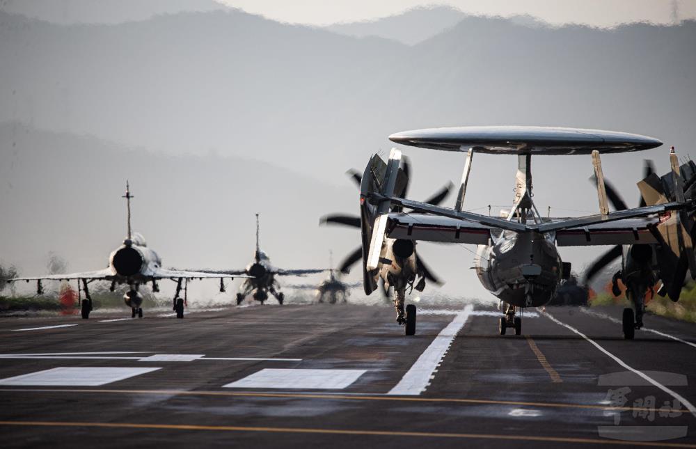 圖為成功降落在佳冬戰備道的IDF經國號、F-16V(Block20)、幻象2000三型戰機及E-2K預警機。(國防部軍聞社)