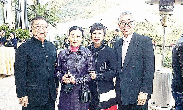 蔡和平參加莫文蔚的婚禮時與汪明荃(左二)的合影。(蔡和平網頁)