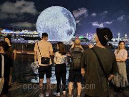 觀塘海濱現「巨型月亮」與港人賀中秋