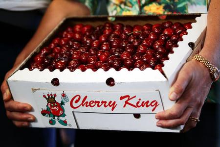 中國人開始通過澳洲的代購,訂購服裝和食品,包括車厘子、芒果和桃子等。(Matt King/Getty Images)