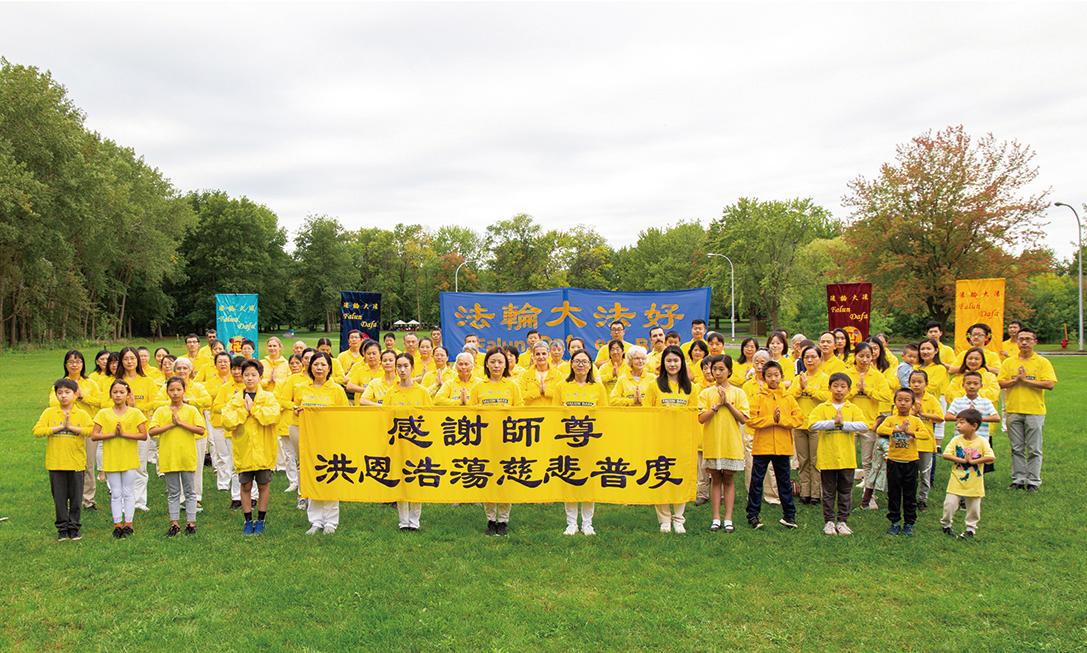 9月18日,滿地可部份法輪功學員懷著無比感恩的心,在安格利儂大公園向李洪志師父表達中秋節的問候。(大紀元)