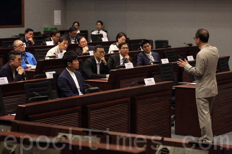 剛卸任立法會主席的曾鈺成,回到立法會與新一屆議員分享議會心得,有超過20人出席。(蔡雯文/大紀元)