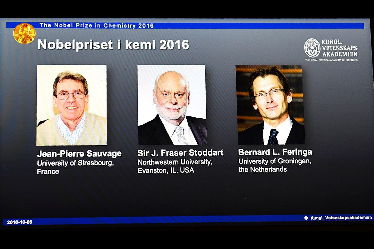 2016年的諾貝爾化學獎由讓-皮埃爾・索維奇(左)、J.弗雷澤・斯圖達特爵士(中)和伯納德・L・費林加(右)獲得。(JONATHAN NACKSTRAND/AFP/Getty Images)