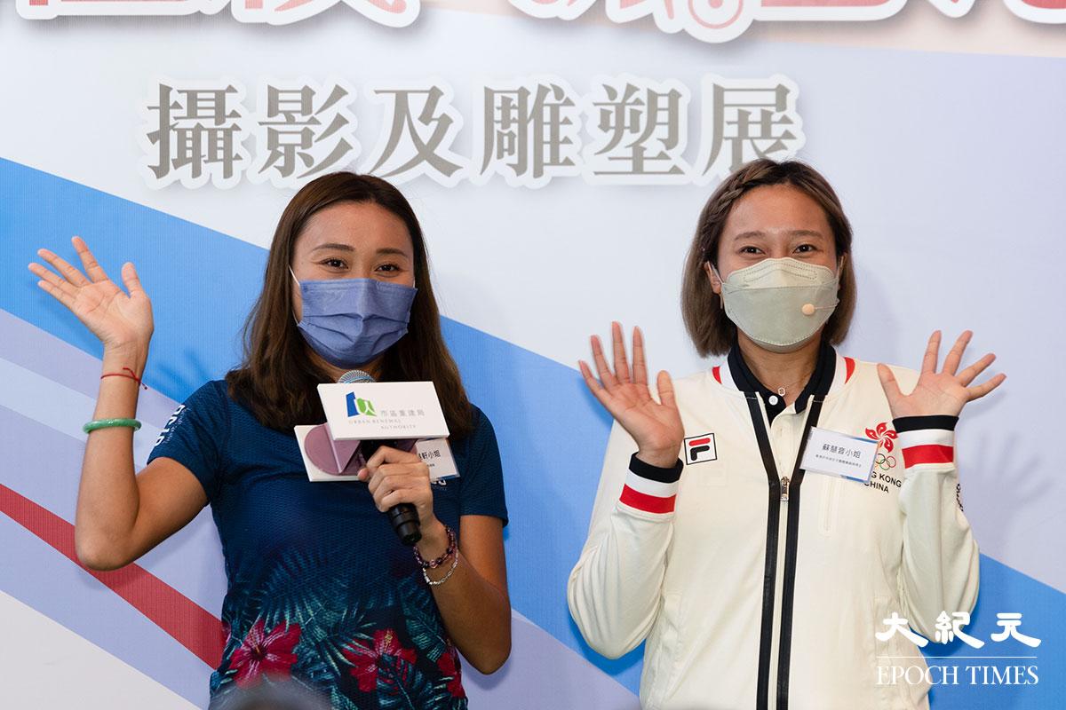東奧港隊乒乓球女子團體賽銅牌得主蘇慧音(右)與姐姐蘇慧軒。(明朗/大紀元)